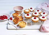 Bakewell Tarts mit Zuckerglasur und Belegkirschen