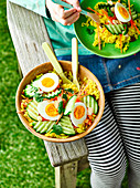 Curry-Reissalat mit Eiern und Gurken fürs Picknick