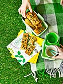 Pikante Flapjacks mit Käse, Saaten und Schnittlauch fürs Picknick
