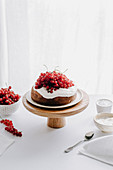 Cake with ricotta cream and red currants