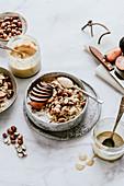 Porridge mit Pflaumen, Haselnüssen, Chia, Tahini und Erdnussbutter