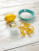 Zitronensalz, Zitrone, grobes Salz, Zitronenschalen
