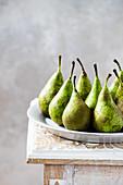 Grüne Birnen auf Teller