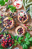 Skillet Cakes mit Sommerbeeren