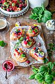 Süße Bruschetta mit Frischkäse und Sommerbeeren