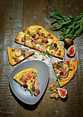 Autumnal pizza with goat's cheese, grapes and figs