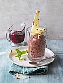 Veganes Aquafaba-Mousse au Chocolat mit Pfeffersplittern