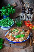 Überbackene Crepes mit Truthahn und Tomaten
