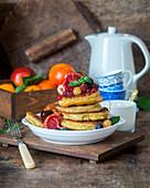 Maismehl-Pancakes mit Früchten und Honig