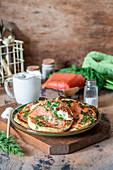 Pancakes mit Räucherlachs und Sauerrahm