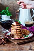 Pancakes mit Gewürzen und Sirup