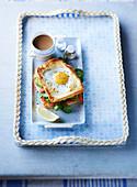 Egg-In-The-Hole-Toastie mit Räucherlachs und Avocado