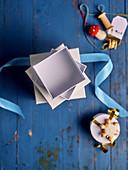 Leere Geschenkschachteln gestapelt mit Bändern und Weihnachtsdeko
