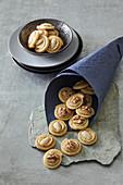 Käseräder mit Nüssen und Mandeln
