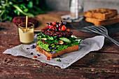 Rote-Bete-Buchweizen-Bratling auf French Toast mit Kurkumasauce, Löwenzahnsalat, Erbsenpüree und Rote-Bete-Sprossen