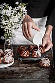 Schokoladenkranzküchlein mit Zuckerglasur