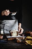 Schokoladen-Birnenkuchen wird mit Puderzucker besiebt