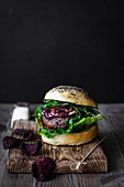 Beef burgers with salad and beetroot crisps