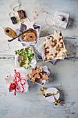 Butterplätzchen und Lebkuchenmännchen in Box mit Weihnachtsdeko