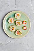 Süße Crepe-Sushi mit Milchreis und Beeren