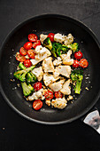 Gemüsepfanne mit Tomaten, Blumenkohl und Brokkoli