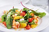 Spinat-Tomaten-Salat mit Garnelen, Orangen und Pinienkernen