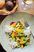 Bunter Gemüsesalat mit Orangen und Hühnerfleisch