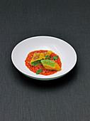 Maultaschen mit Hechtmus auf Tomatensauce