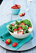 Salat mit Minimozzarella und Erdbeeren