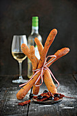 Crunchy olive and tomato sticks