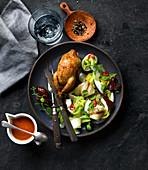 Gebratene Wachtel mit Chinakohl, Kokos, Datteln, Chilisalat