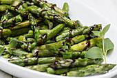 Gebratener grüner Spargel mit Aceto-Balsamico-Creme