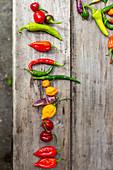 Bunte Paprika- und Chilischoten