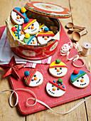 Bunt verzierte Schneemann-Kekse