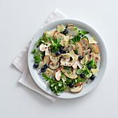 Apfel-Steinpilz-Salat mit Heidelbeeren