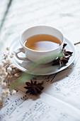 Tasse Tee mit Sternanis auf Notenblatt