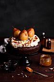 Schokoladenkuchen mit Birnen, Schlagsahne und Karamell