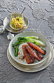 Glasierter Schweinebauch mit Paksoi und Reis