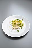 Kopfsalat mit Erbsen, Reispops, Schmand und Meerrettich
