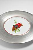 Paprika mit geröstetem Schweinebauch und Mauerpfeffer