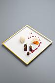 Rote-Bete mit weißem Schokoladeneis und Eigelb