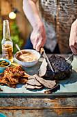Geschmorte gegrillte Schweineschulter mit Apfelweinketchup zum Mittsommerfest (Schweden)