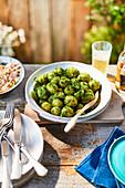 Kartoffelsalat mit Kräutern zum Mittsommerfest in Schweden