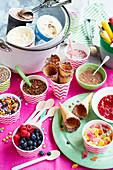 Verschiedene Eisbecher und Eistüten mit Süssigkeiten