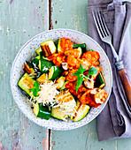 Gemüse-Bowl mit Zucchini und Linsen