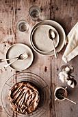 Schokoladenkuchen auf rustikal gedecktem Tisch