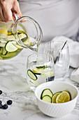 Infused Water mit Gurke, Limette und Zitrone