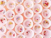 Bunte Zuckerperlen in Papiermanschetten für Pralinen