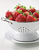 Konfitüre kochen - frische Erdbeeren im Seiher