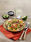 Glasnudelsalat mit grünem Spargel, Hackfleisch und Chili
